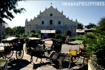 """Caretelas in front of the cathedral: