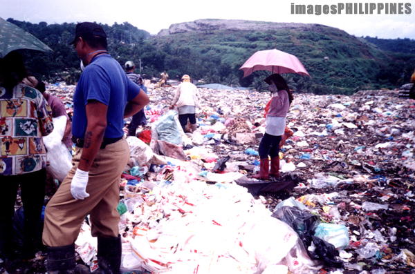 """Scavengers sorting through new garbage in Payatas""