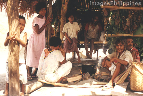 �Aetas Waiting for lunch to cook�